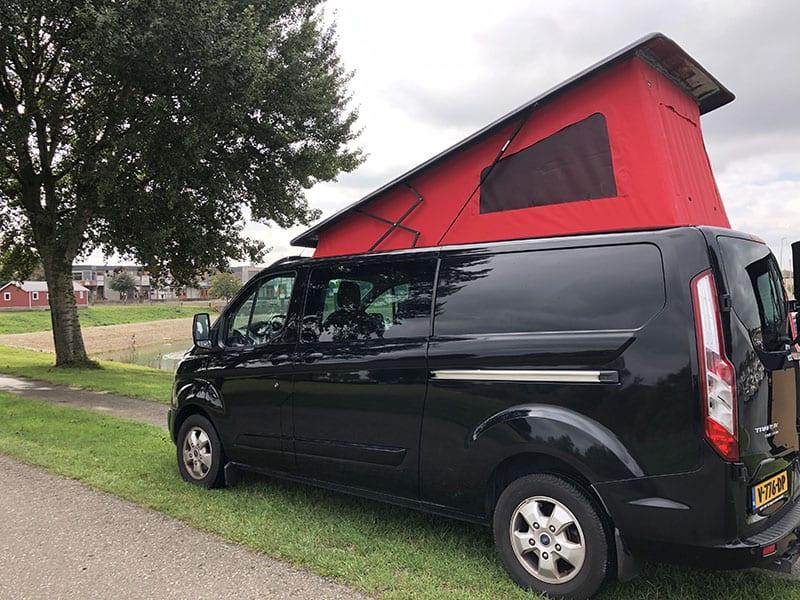 CMC Nederland - Zwarte Ford Transit Custom - Achterkant